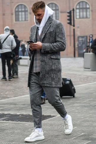 Dunkelgraue Chinohose kombinieren – 500+ Herren Outfits kalt Wetter: Tragen Sie einen schwarzen und weißen Mantel mit Hahnentritt-Muster und eine dunkelgraue Chinohose für Drinks nach der Arbeit. Weiße Leder niedrige Sneakers verleihen einem klassischen Look eine neue Dimension.