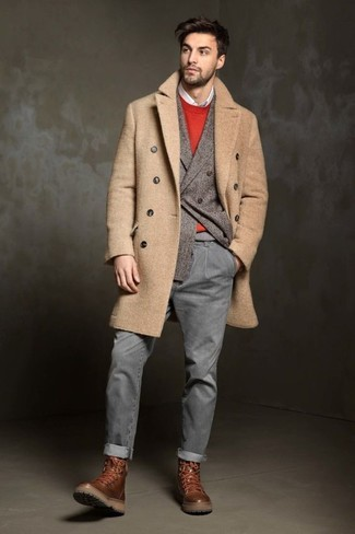 Wie kombinieren: camel Mantel, graues Wollzweireiher-sakko, roter Pullover mit einem Rundhalsausschnitt, weißes Langarmhemd