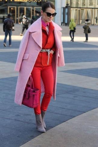 Wie kombinieren: rosa Mantel, rotes Zweireiher-Sakko, rosa flauschiger Pullover mit einem Rundhalsausschnitt, fuchsia Businesshemd