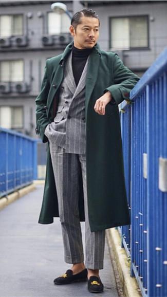 Wie kombinieren: dunkelgrüner Mantel, graues vertikal gestreiftes Zweireiher-Sakko, schwarzer Rollkragenpullover, graue vertikal gestreifte Anzughose