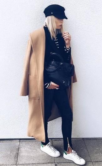 Wie kombinieren: beige Mantel, schwarzes Zweireiher-Sakko, schwarzer und weißer horizontal gestreifter Rollkragenpullover, schwarze enge Jeans