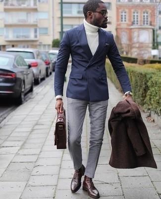 Wie kombinieren: dunkelbrauner Mantel, dunkelblaues Zweireiher-Sakko, weißer Strick Rollkragenpullover, graue Anzughose