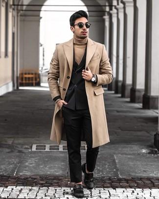 Wie kombinieren: camel Mantel, schwarzes Zweireiher-Sakko, beige Rollkragenpullover, schwarze Anzughose
