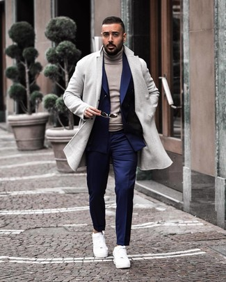 30 Jährige: Weiße Leder niedrige Sneakers kombinieren: elegante Outfits: trends 2020: Etwas Einfaches wie die Wahl von einem grauen Mantel und einer dunkelblauen Anzughose kann Sie von der Menge abheben. Fühlen Sie sich mutig? Ergänzen Sie Ihr Outfit mit weißen Leder niedrigen Sneakers.