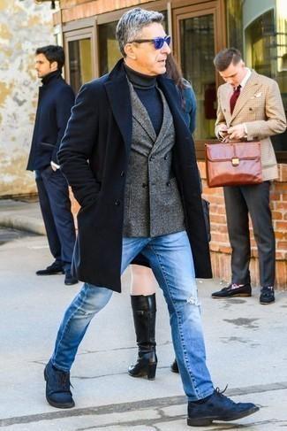 Mantel kombinieren: trends 2020: Vereinigen Sie einen Mantel mit hellblauen Jeans mit Destroyed-Effekten für ein großartiges Wochenend-Outfit. Fühlen Sie sich mutig? Komplettieren Sie Ihr Outfit mit dunkelblauen Wildleder Derby Schuhen.