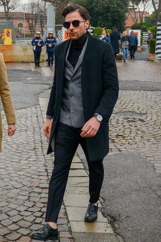 Mantel kombinieren: trends 2020: Kombinieren Sie einen Mantel mit einer schwarzen Anzughose, um vor Klasse und Perfektion zu strotzen. Komplettieren Sie Ihr Outfit mit schwarzen Leder Oxford Schuhen.