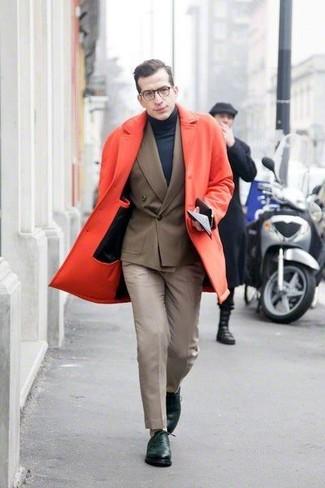 Tragen Sie einen roten Mantel und eine hellbeige Anzughose für eine klassischen und verfeinerte Silhouette. Dunkelgrüne leder oxford schuhe sind eine gute Wahl, um dieses Outfit zu vervollständigen.