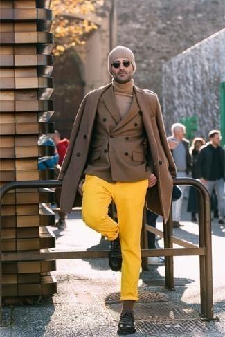Beige Wollrollkragenpullover kombinieren – 178 Herren Outfits: Kombinieren Sie einen beige Wollrollkragenpullover mit einer senf Chinohose für ein sonntägliches Mittagessen mit Freunden. Fühlen Sie sich mutig? Wählen Sie schwarzen klobigen Leder Derby Schuhe.