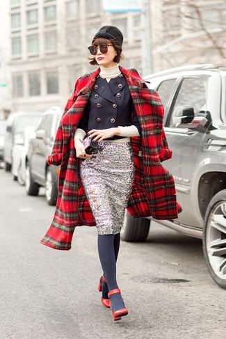Wie kombinieren: roter Mantel mit Schottenmuster, dunkelblaues Zweireiher-Sakko, hellbeige Rollkragenpullover, silberner Paillette Bleistiftrock