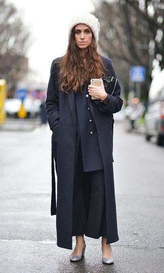 Wie kombinieren: schwarzer Mantel, dunkelblaues Zweireiher-Sakko, schwarze Schlaghose, silberne Paillette Pumps