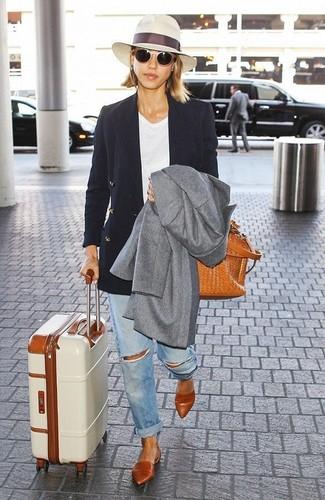 Wie kombinieren: grauer Mantel, schwarzes Zweireiher-Sakko, weißes T-Shirt mit einem Rundhalsausschnitt, hellblaue Boyfriend Jeans mit Destroyed-Effekten