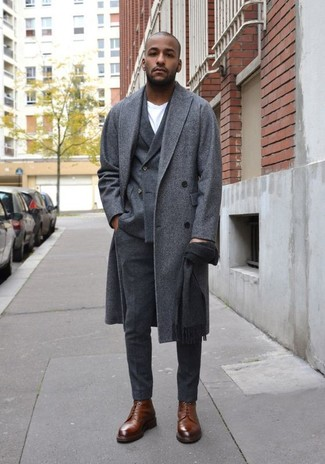 Wie kombinieren: grauer Mantel, dunkelgraues Wollzweireiher-sakko, weißes T-Shirt mit einem Rundhalsausschnitt, dunkelgraue Wollanzughose