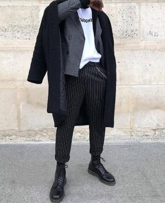 Wie kombinieren: schwarzer Mantel, graues Zweireiher-Sakko mit Karomuster, weißes und schwarzes bedrucktes T-Shirt mit einem Rundhalsausschnitt, schwarze vertikal gestreifte Anzughose