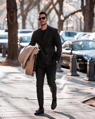 Wie kombinieren: camel Mantel, schwarzes Zweireiher-Sakko, schwarzes T-Shirt mit einem Rundhalsausschnitt, schwarze Anzughose