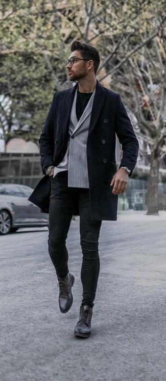 Herren Outfits & Modetrends für kalt Wetter: Tragen Sie einen dunkelblauen Mantel und schwarzen enge Jeans für ein bequemes Outfit, das außerdem gut zusammen passt. Fühlen Sie sich ideenreich? Entscheiden Sie sich für dunkelbraunen Lederformelle stiefel.