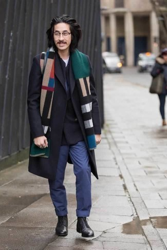 Schwarzes Zweireiher-Sakko kombinieren: trends 2020: Erwägen Sie das Tragen von einem schwarzen Zweireiher-Sakko und einer blauen Chinohose, um einen eleganten, aber nicht zu festlichen Look zu kreieren. Fühlen Sie sich mutig? Ergänzen Sie Ihr Outfit mit einer schwarzen Lederfreizeitstiefeln.