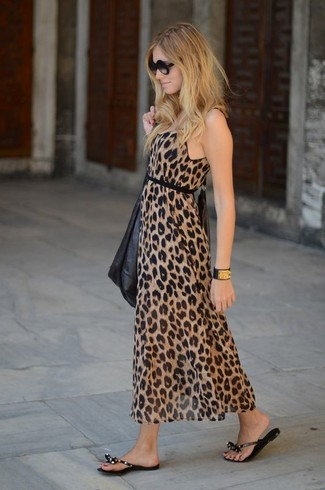 Zeigen Sie Ihre verspielte Seite mit einem braunen maxikleid mit leopardenmuster. Bringen Sie die Dinge durcheinander, indem Sie schwarzen zehentrenner mit diesem Outfit tragen.