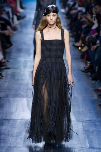 dunkelblaues Fransen Maxikleid, schwarze Wildleder Stiefeletten, schwarzes Lederbarett, schwarze enge Halskette für Damen