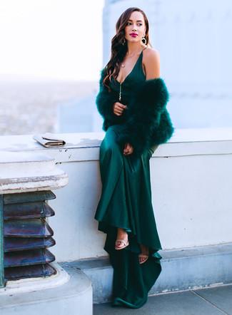 Dunkelgrünes Satin Maxikleid kombinieren – 2 Damen Outfits: Tragen Sie ein dunkelgrünes Satin Maxikleid für einen modischen Freizeit-Look. Hellbeige Leder Sandaletten sind eine ideale Wahl, um dieses Outfit zu vervollständigen.