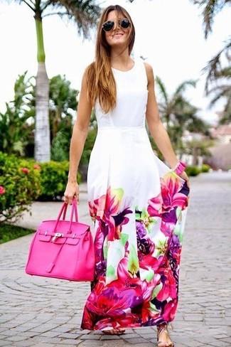 Wie kombinieren: weißes und rosa Maxikleid mit Blumenmuster, silberne flache Sandalen aus Leder, fuchsia Shopper Tasche aus Leder, schwarze und goldene Sonnenbrille