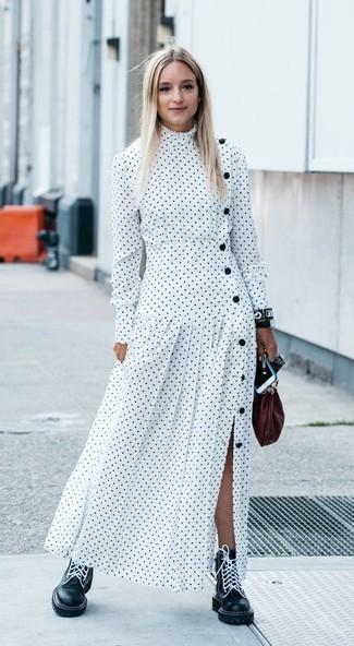 Wie kombinieren: weißes gepunktetes Maxikleid, schwarze flache Stiefel mit einer Schnürung aus Leder, dunkelrote Leder Clutch, schwarze Leder Uhr