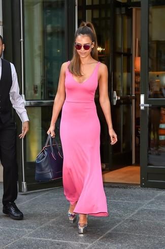 Jessica Alba trägt Fuchsia Maxikleid, Silberne Leder Sandaletten, Dunkelblaue Leder Reisetasche, Rote Sonnenbrille