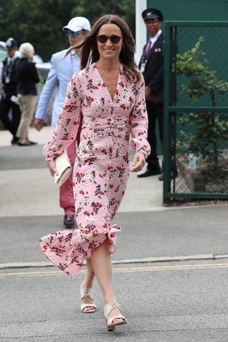 Wie kombinieren: rosa Seide Maxikleid mit Blumenmuster, weiße Leder Sandaletten, weiße Leder Clutch, dunkelrote Sonnenbrille