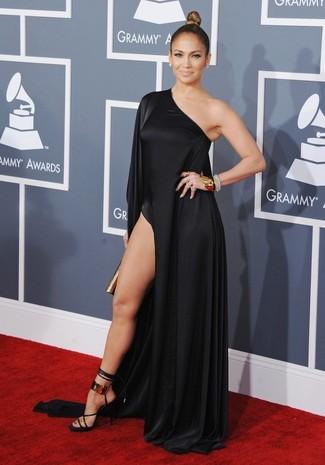 Jennifer Lopez trägt Schwarzes Maxikleid mit Schlitz, Schwarze und goldene Leder Sandaletten, Goldene Clutch, Goldenes Armband