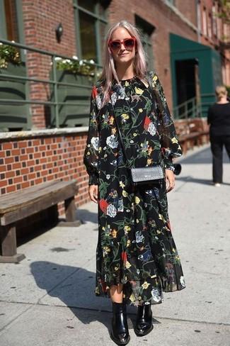 Wie kombinieren: schwarzes Chiffon Maxikleid mit Blumenmuster, schwarze Leder Stiefeletten, schwarze Leder Umhängetasche, rote Sonnenbrille