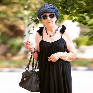 Wie kombinieren: schwarzes Falten Maxikleid, schwarze Shopper Tasche aus Leder, dunkelblauer leichter Schal, schwarze und weiße Sonnenbrille