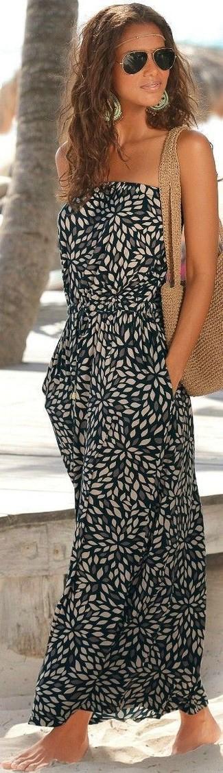 Wie kombinieren: schwarzes bedrucktes Maxikleid, beige Shopper Tasche aus Häkel, goldene Sonnenbrille, goldener Kopfschmuck