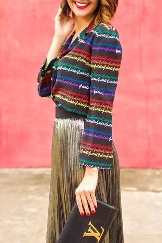 Wie kombinieren: mehrfarbige horizontal gestreifte Bluse mit Knöpfen, goldener Falten Midirock, schwarze Leder Clutch