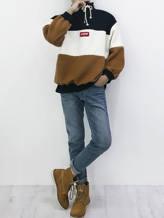 Wie kombinieren: mehrfarbiger horizontal gestreifter Pullover mit einem Kapuze, blaue Jeans, braune Wildlederfreizeitstiefel