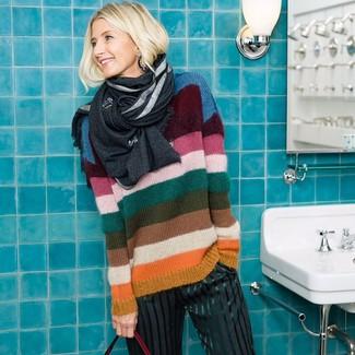 Damen Outfits & Modetrends 2020: Ein mehrfarbiger horizontal gestreifter Pullover mit einem Rundhalsausschnitt und eine dunkelgraue vertikal gestreifte weite Hose sind unverzichtbar für jeden Casual-Kleiderschrank.