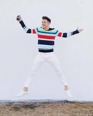 Wie kombinieren: mehrfarbiger horizontal gestreifter Pullover mit einem Rundhalsausschnitt, weiße Jeans, weiße Leder niedrige Sneakers
