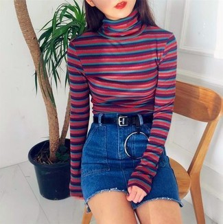 Wie kombinieren: mehrfarbiger horizontal gestreifter Rollkragenpullover, blauer Jeans Minirock, schwarzer Ledergürtel