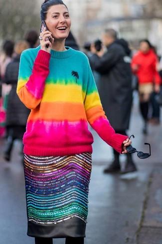 Wie kombinieren: mehrfarbiger Mit Batikmuster Pullover mit einem Rundhalsausschnitt, schwarzer verzierter Leder Bleistiftrock, schwarze Wollstrumpfhose