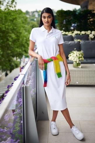 Wie kombinieren: mehrfarbiger Mit Batikmuster Strickpullover, weißes Shirtkleid, weiße Leder niedrige Sneakers