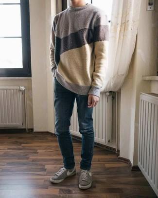 Mehrfarbigen Pullover mit einem Rundhalsausschnitt kombinieren – 48 Herren Outfits: Kombinieren Sie einen mehrfarbigen Pullover mit einem Rundhalsausschnitt mit dunkelblauen Jeans, um mühelos alles zu meistern, was auch immer der Tag bringen mag. Graue Segeltuch niedrige Sneakers sind eine ideale Wahl, um dieses Outfit zu vervollständigen.