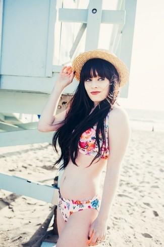 Wie kombinieren: mehrfarbiges Bikinioberteil mit Blumenmuster, mehrfarbige Bikinihose mit Blumenmuster, beige Strohhut
