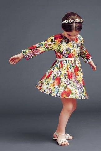 Wie kombinieren: mehrfarbiges Kleid mit Blumenmuster, hellbeige Sandalen, weißes Haarband