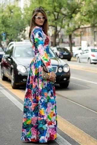 Mehrfarbiges Maxikleid mit Blumenmuster kombinieren – 3 Damen Outfits: Um einen unkompliziertfen und super entspannten Trend-Look zu kreieren, wahlen Sie ein mehrfarbiges Maxikleid mit Blumenmuster.