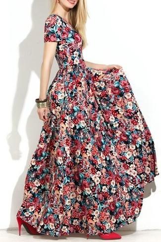 Mehrfarbiges Maxikleid mit Blumenmuster kombinieren – 3 Damen Outfits: Wahlen Sie ein mehrfarbiges Maxikleid mit Blumenmuster, um wahrhaft fantastisch auszusehen. Rote Leder Pumps sind eine kluge Wahl, um dieses Outfit zu vervollständigen.
