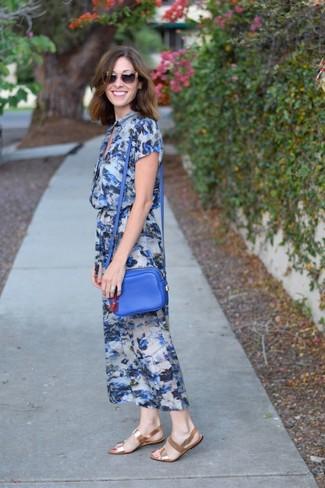 Wie kombinieren: blaues Midikleid mit Blumenmuster, goldene flache Sandalen aus Leder, blaue Leder Umhängetasche, braune Sonnenbrille