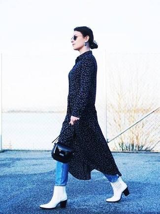 Wie kombinieren: dunkelblaues gepunktetes Midikleid, blaue Jeans, weiße Leder Stiefeletten, schwarze Leder Umhängetasche