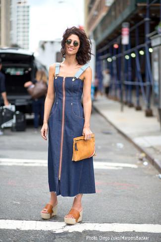 Wie kombinieren: dunkelblaues Midikleid aus Jeans, beige Leder Pantoletten, beige Wildleder Clutch, dunkelgrüne Sonnenbrille