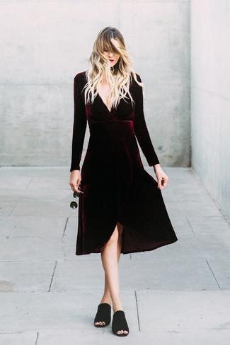 Entscheiden Sie sich für ein dunkelrotes midikleid aus samt und eine schwarze sonnenbrille für ein großartiges Wochenend-Outfit. Schwarze wildleder pantoletten putzen umgehend selbst den bequemsten Look heraus.