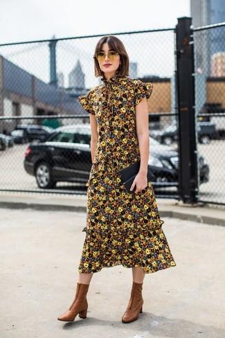 Wie kombinieren: gelbes Midikleid mit Blumenmuster, braune Leder Stiefeletten, schwarze Leder Clutch, gelbe Sonnenbrille