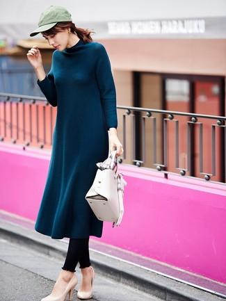 Wie kombinieren: dunkeltürkises Wollmidikleid, schwarze Leggings, hellbeige Leder Pumps, weiße Satchel-Tasche aus Leder