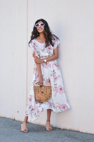 Wie kombinieren: weißes Midikleid mit Blumenmuster, hellbeige Leder Pantoletten, beige Stroh Clutch, weiße Sonnenbrille